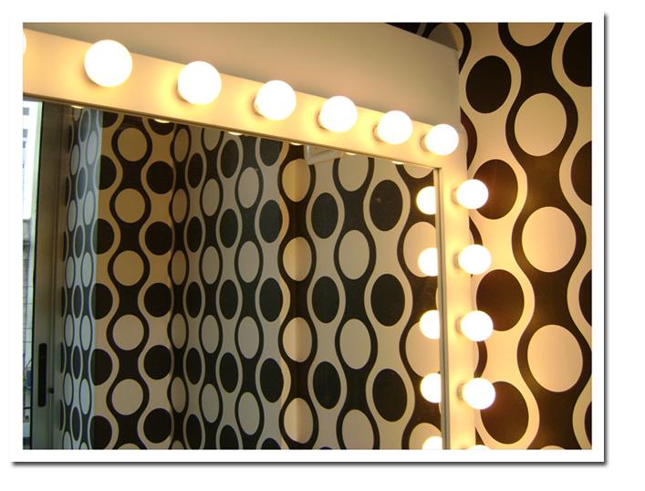 Trabajamos espejos Mirage®, que utiliza vidrio Float® espejado a base de plata con una protección de cobre y además una doble capa de pintura protectora. Realizamos instalaciones en paredes libres, trabajos de biselados, dibujos esmerilados o enmarcados con una amplia variedad de molduras