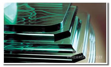 En Vidriera Lacroze contamos con experiencia en instalación de vidrios, cristales y espejos; fabricación de cerramientos y aberturas de aluminio. En materia de decoración, contamos con Taller de enmarcado propio. Además, ofrecemos provisión y colocación de mamparas de baño, puertas plegadizas, cortinas de enrollar y muchos productos más.